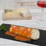 Crepes cuatro quesos con salsa de tomate y albahaca