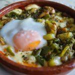 Huevos al plato con provolone y verduritas