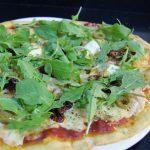 Pizza de rúcula, tomate seco y queso feta