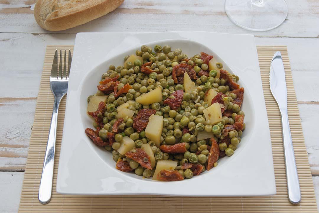 Guisantes con patatas y tomate seco
