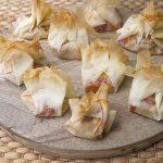 Saquitos de pasta filo rellenos de hummus y pimiento asado