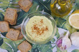 hummus con el tallo del brócoli