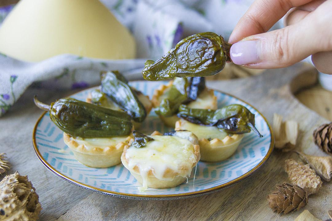 tartaletas de queso tetilla y pimientos de padrón